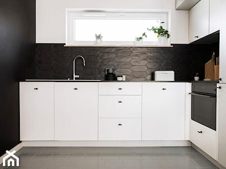 Patio House - Mała otwarta biała czarna kuchnia w kształcie litery l w aneksie, styl skandynawski - zdjęcie od na-antresoli