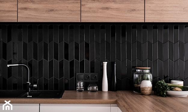 czarne płytki geometryczne w kuchni