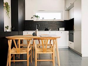 Patio House - Mała biała czarna kuchnia w kształcie litery l w aneksie, styl skandynawski - zdjęcie od na-antresoli