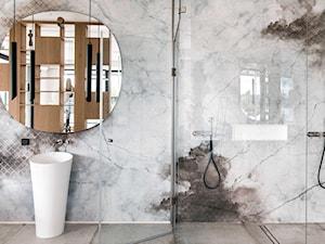 Mikołajki - Mała szara łazienka w bloku w domu jednorodzinnym bez okna, styl nowoczesny - zdjęcie od na-antresoli