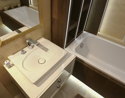 """cz.1 Apartament w Krakowie (""""pod klucz"""") - Średnia beżowa łazienka w bloku w domu jednorodzinnym z oknem - zdjęcie od Art&Design Kinga Śliwa"""