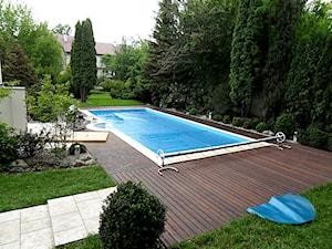 Taras drewniany wokół basenu w Warszawie - Duży ogród za domem z basenem - zdjęcie od PHU Bortnowski