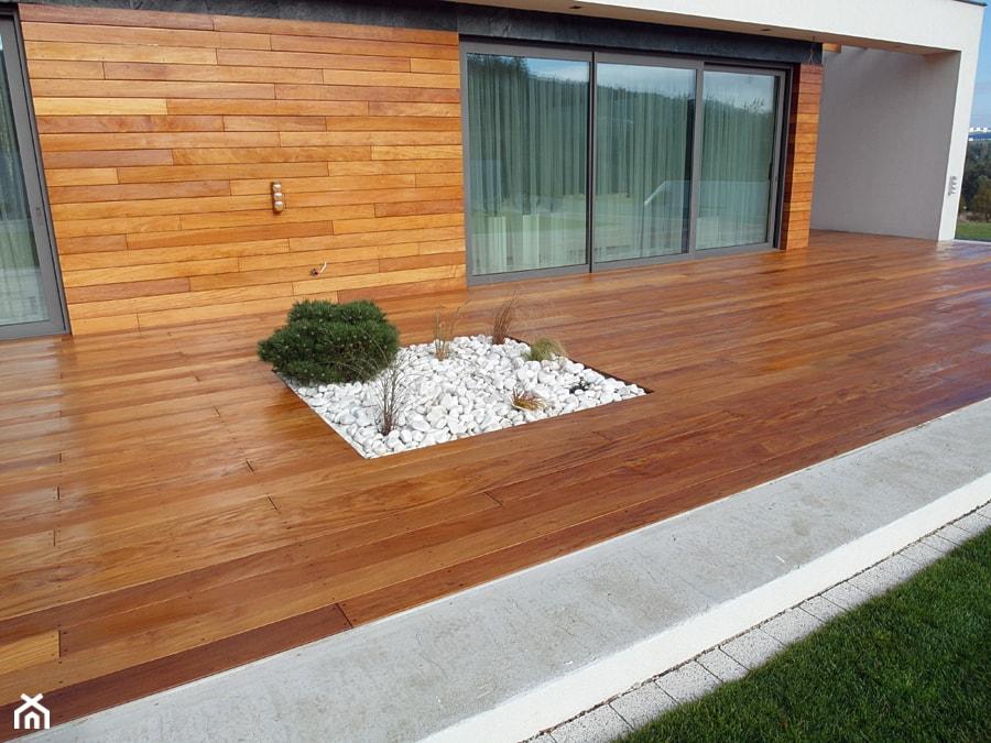 Elewacja i taras drewniany. Realizacja w Wałbrzychu - Duży taras z tyłu domu, styl nowoczesny - zdjęcie od PHU Bortnowski