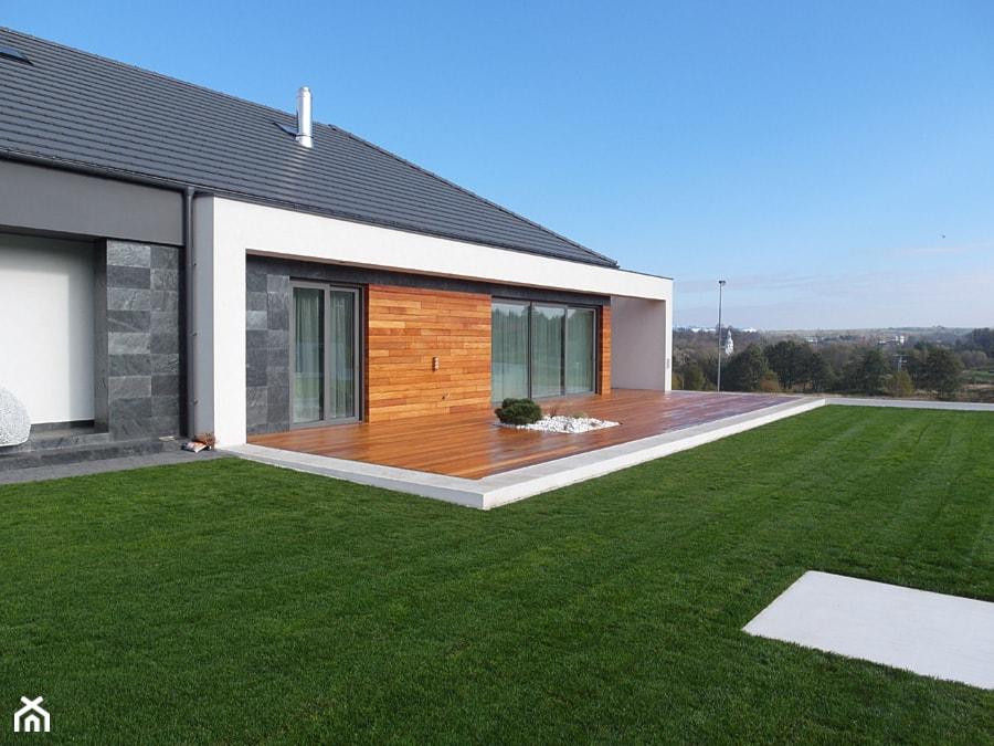 Elewacja i taras drewniany. Realizacja w Wałbrzychu - Duży ogród za domem, styl minimalistyczny - zdjęcie od PHU Bortnowski