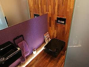 Łazienka w drewnie. Realizacja w Zielonej Górze. - Mała szara fioletowa łazienka na poddaszu w bloku w domu jednorodzinnym bez okna, styl eklektyczny - zdjęcie od PHU Bortnowski