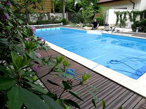 Taras drewniany wokół basenu w Warszawie