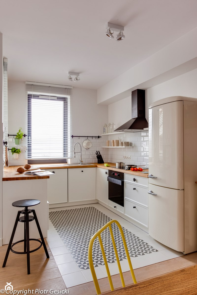 Mała Otwarta Biała Kuchnia W Kształcie Litery U Zdjęcie Od