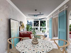 """Apartament hotelowy """"Summer Vibes"""" - Średni szary salon z jadalnią z tarasem / balkonem, styl rustykalny - zdjęcie od Architekt Wnętrz Patrycja Wojtaś"""