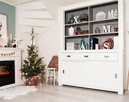 #choinka - Mały biały turkusowy salon, styl skandynawski - zdjęcie od Maryla Fossen