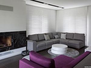 Jasień - Mały biały salon, styl minimalistyczny - zdjęcie od mootif_studio
