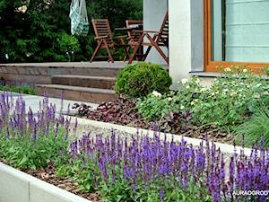 NOWOCZESNY OGRÓD Z KWITNĄCYMI ROŚLINAMI - Średni ogród za domem z huśtawką, styl nowoczesny - zdjęcie od OGRODOWA AURA