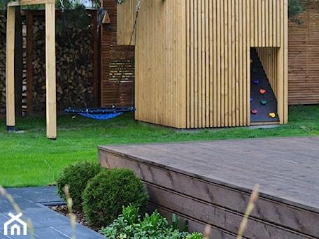 Aranżacje wnętrz - Ogród: Minimalistyczny domek zabawowy dla dzieci, plac zabaw dla dzieci - OGRODOWA AURA. Przeglądaj, dodawaj i zapisuj najlepsze zdjęcia, pomysły i inspiracje designerskie. W bazie mamy już prawie milion fotografii!