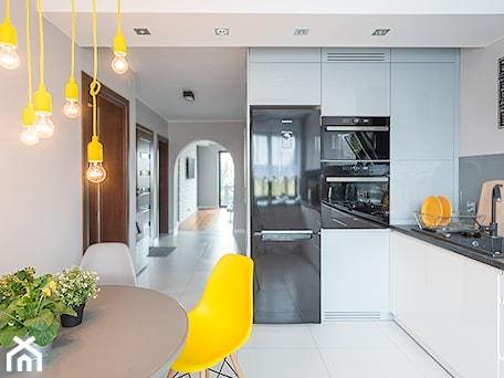 Aranżacje wnętrz - Kuchnia: Mieszkanie Siedlce - Średnia otwarta biała szara kuchnia w kształcie litery l, styl nowoczesny - zaneta-jastrzebska. Przeglądaj, dodawaj i zapisuj najlepsze zdjęcia, pomysły i inspiracje designerskie. W bazie mamy już prawie milion fotografii!
