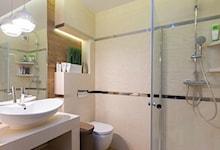 Śliczna łazienka. Te srebrne paski na ścianie są elementem płytek?