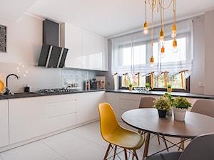 Mieszkanie Siedlce - Duża otwarta biała beżowa kuchnia w kształcie litery l, styl nowoczesny - zdjęcie od zaneta-jastrzebska
