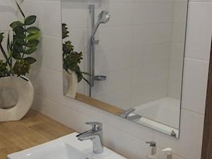 Łazienka - Mała biała łazienka na poddaszu w bloku w domu jednorodzinnym bez okna, styl klasyczny - zdjęcie od Katarzyna W-L