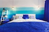 kobaltowe poduszki i narzuta w sypialni
