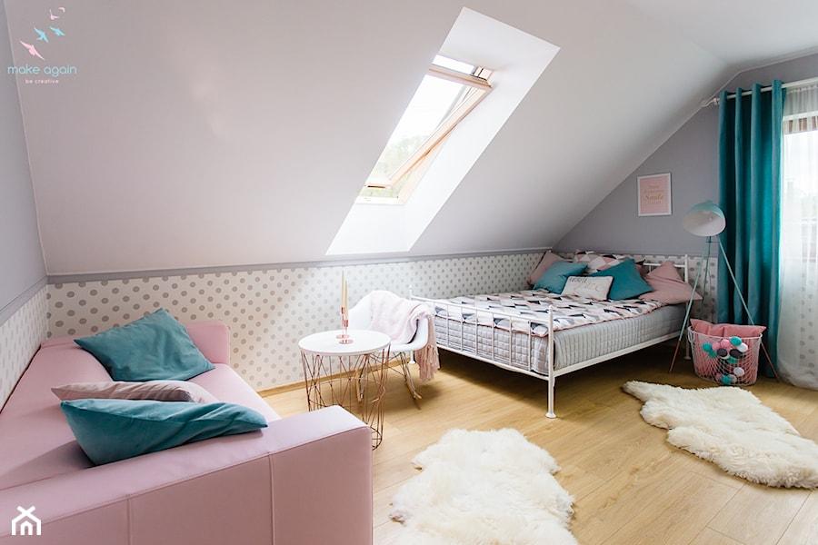 Pastelowy pokój dziewczęcy - Średni biały szary pastelowy pokój dziecka dla dziewczynki dla nastolatka, styl skandynawski - zdjęcie od make again