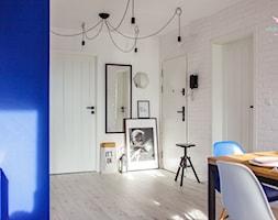 Mieszkanie - skandynawski soft loft - Duży biały hol / przedpokój, styl skandynawski - zdjęcie od make again