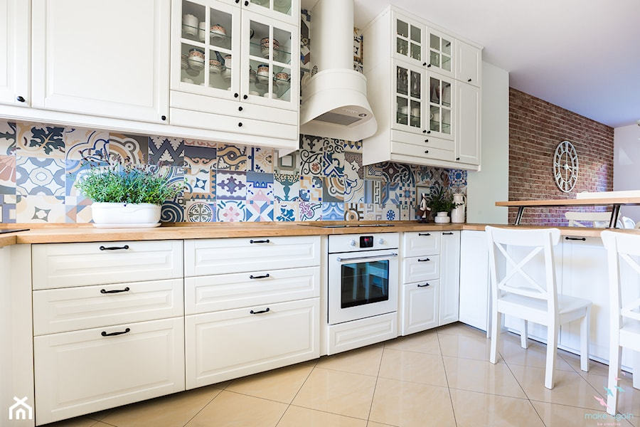 Salon prowansalski z aneksem kuchennym - Średnia otwarta biała brązowa kolorowa kuchnia w kształcie litery l, styl prowansalski - zdjęcie od make again
