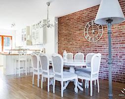 Salon prowansalski z aneksem kuchennym - Średnia otwarta biała brązowa jadalnia w salonie, styl prowansalski - zdjęcie od make again