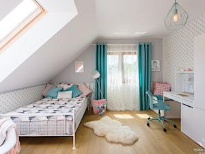 Pastelowy pokój dziewczęcy - Średni biały szary pokój dziecka dla dziewczynki dla nastolatka, styl skandynawski - zdjęcie od make again