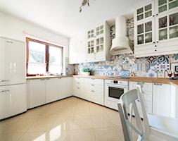 Salon prowansalski z aneksem kuchennym - Duża zamknięta biała kuchnia w kształcie litery u w aneksie, styl skandynawski - zdjęcie od make again