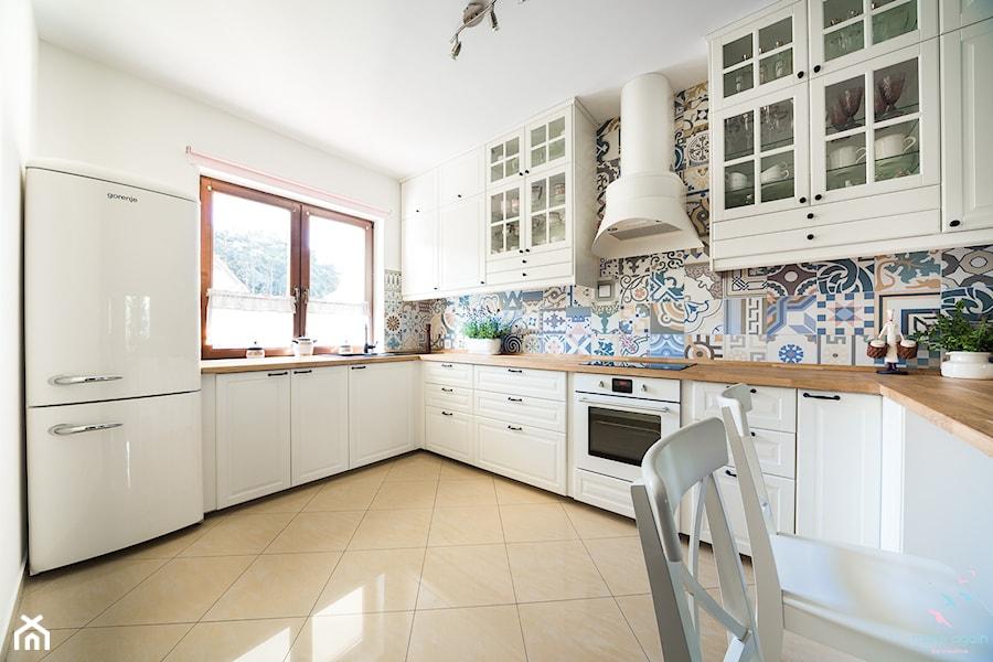 Salon prowansalski z aneksem kuchennym  Duża zamknięta kuchnia w kształcie l   -> Kuchnia Rustykalna Kafelki
