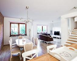 Salon prowansalski z aneksem kuchennym - Średnia otwarta biała jadalnia w salonie, styl prowansalski - zdjęcie od make again