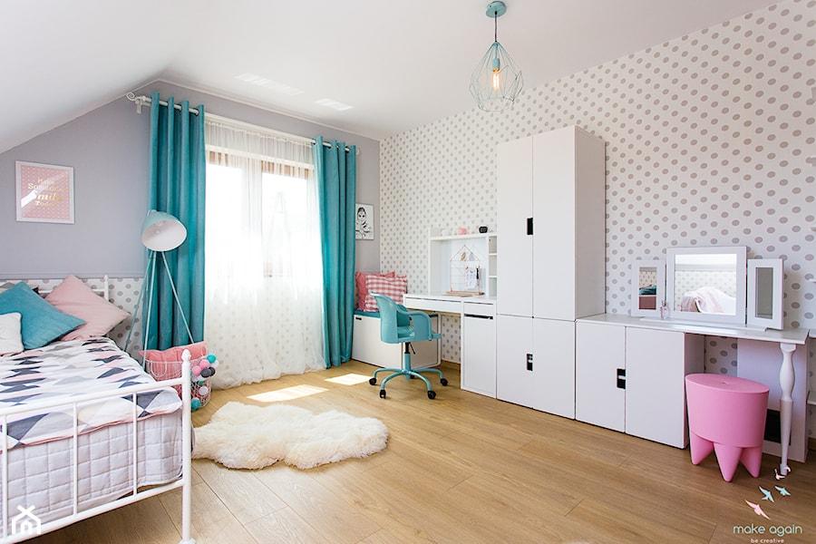Pastelowy pokój dziewczęcy - Duży biały szary pokój dziecka dla dziewczynki dla nastolatka, styl skandynawski - zdjęcie od make again