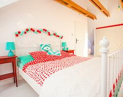 Sypialnia z otwartą łazienką - Duża biała sypialnia małżeńska na poddaszu, styl skandynawski - zdjęcie od make again