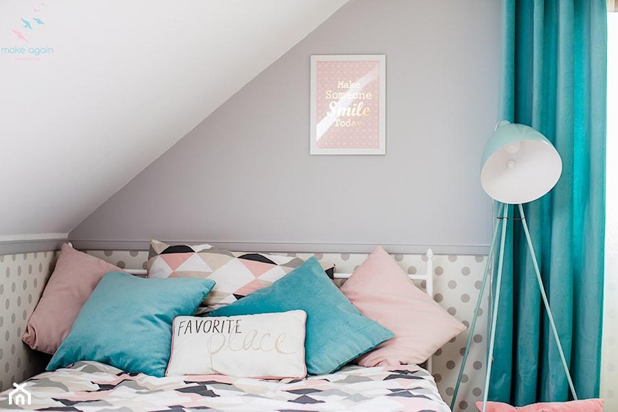 Aranżacje wnętrz - Pokój dziecka: Pastelowy pokój dziewczęcy - Mały szary pokój dziecka dla chłopca dla dziewczynki dla nastolatka, styl skandynawski - make again. Przeglądaj, dodawaj i zapisuj najlepsze zdjęcia, pomysły i inspiracje designerskie. W bazie mamy już prawie milion fotografii!