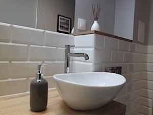 Metamorfoza mieszkania w kamienicy - Szara łazienka w bloku w domu jednorodzinnym bez okna, styl klasyczny - zdjęcie od kas.wlod.