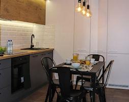 SOHO - Mała otwarta biała kuchnia w kształcie litery l w aneksie, styl industrialny - zdjęcie od KUKA Concept
