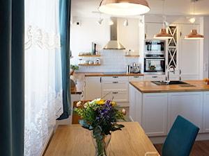przytulne mieszkanie w Krakowie - Mała otwarta biała jadalnia w kuchni, styl prowansalski - zdjęcie od przeStworze