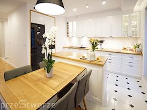 rodzinne na Wilanowie - Średnia biała kuchnia w kształcie litery l w aneksie z wyspą z oknem, styl eklektyczny - zdjęcie od przeStworze