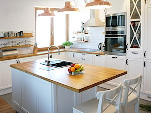 przytulne mieszkanie w Krakowie - Duża otwarta biała kuchnia w kształcie litery l z wyspą z oknem, styl prowansalski - zdjęcie od przeStworze