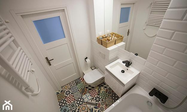 mała łazienka z wanną bez okna