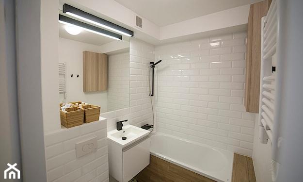 mała łazienka bez okna i z wanną