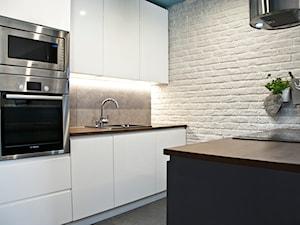 #PWZ - Mała otwarta biała szara kuchnia dwurzędowa w aneksie z wyspą, styl skandynawski - zdjęcie od Och-Ach_Concept