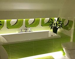#KOLOROWEwnętrzeLEGRAND - Mała biała zielona łazienka na poddaszu w bloku w domu jednorodzinnym bez okna, styl tradycyjny - zdjęcie od Kasia Glab 3