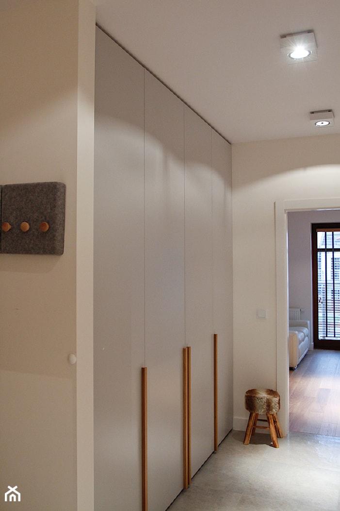 Apartament Sopot Jelitkowo - Średni biały hol / przedpokój - zdjęcie od Pracownia Wnętrza - przestrzeń szyta na miarę - Homebook