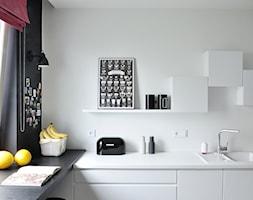 Cats&Dogs - Średnia otwarta biała czarna kuchnia w kształcie litery l z oknem, styl vintage - zdjęcie od Ministerstwo Spraw We Wnętrzach
