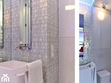 Aranżacje wnętrz - Łazienka: Apartament w Sea Towers - Mała biała łazienka w bloku w domu jednorodzinnym bez okna - Ministerstwo Spraw We Wnętrzach. Przeglądaj, dodawaj i zapisuj najlepsze zdjęcia, pomysły i inspiracje designerskie. W bazie mamy już prawie milion fotografii!