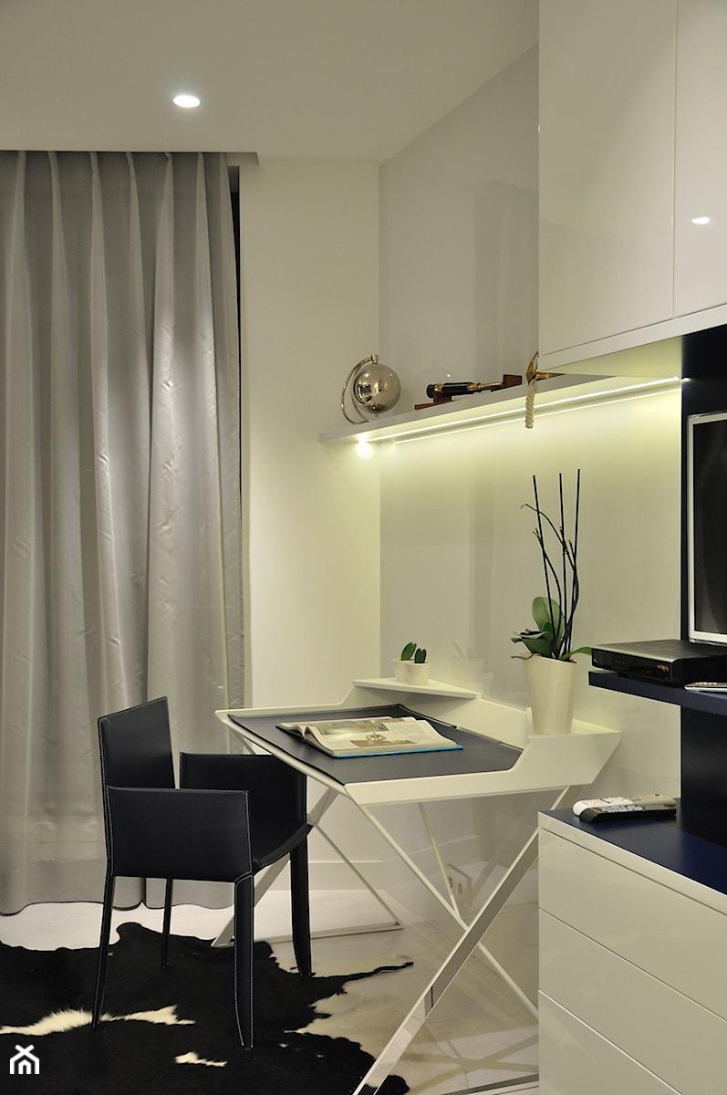 Apartament w Sea Towers - Małe białe biuro kącik do pracy - zdjęcie od Ministerstwo Spraw We Wnętrzach