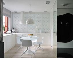 """Igloo House """"KONKURS"""" - Średnia otwarta biała kuchnia w kształcie litery l, styl nowoczesny - zdjęcie od Ministerstwo Spraw We Wnętrzach"""