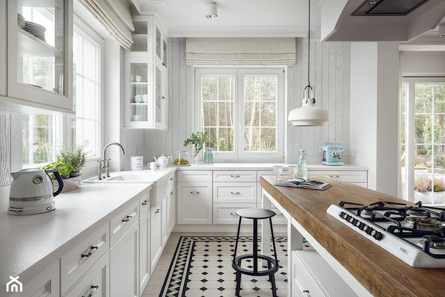 Dom w Trójmieście - Duża otwarta zamknięta biała kuchnia w kształcie litery l z wyspą z oknem, styl klasyczny - zdjęcie od ManaDesign