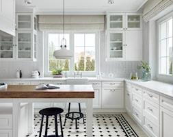 Dom w Trójmieście - Duża otwarta zamknięta biała kuchnia w kształcie litery l w kształcie litery u z wyspą z oknem, styl klasyczny - zdjęcie od ManaDesign