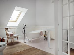 Dom w Trójmieście - Duża biała łazienka na poddaszu w domu jednorodzinnym jako salon kąpielowy z oknem, styl klasyczny - zdjęcie od ManaDesign