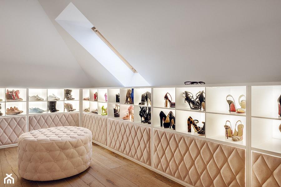 Dom w Trójmieście - Średnia zamknięta garderoba na poddaszu, styl glamour - zdjęcie od ManaDesign